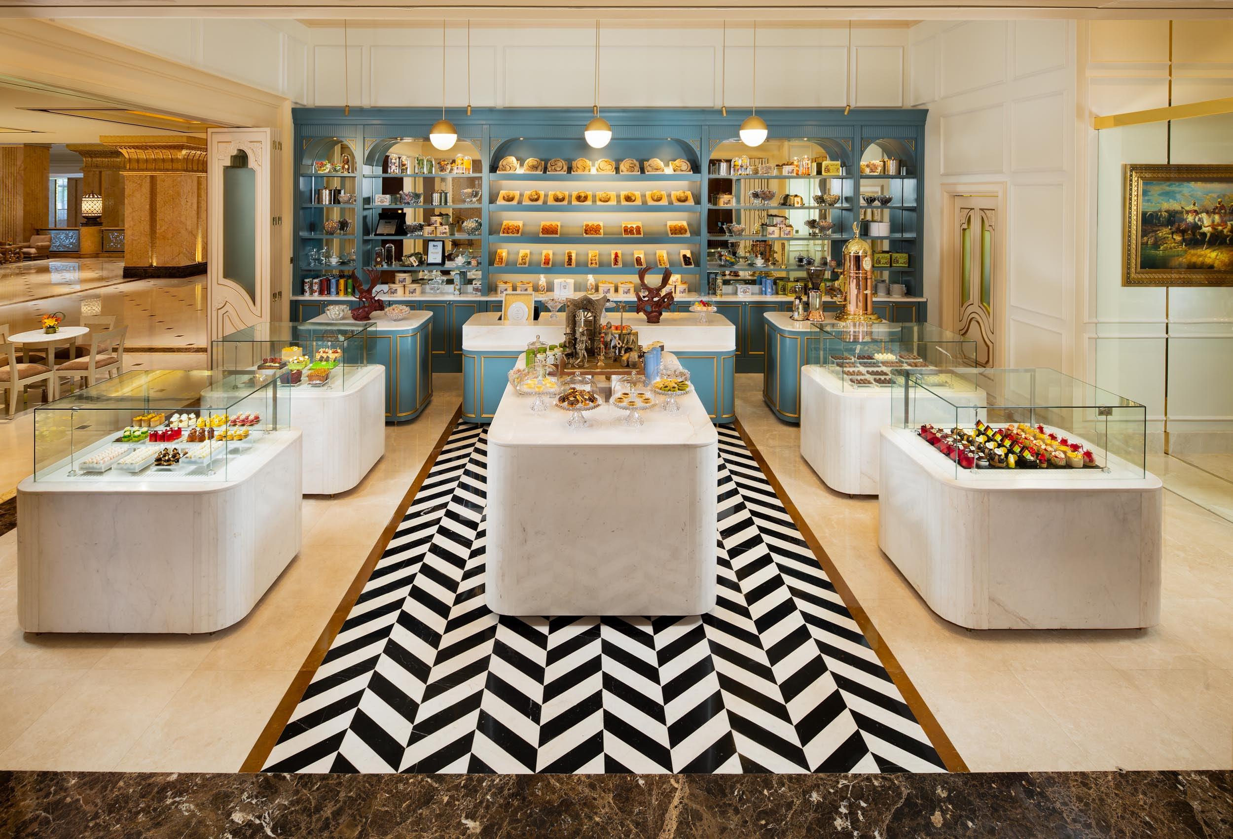 """""""لو كافيه"""" قصر الإماراتيستقبل الزوار يومياً لتناول الكابتشينو المُزدانة برقائق الذهب عيار 24 قيراط"""