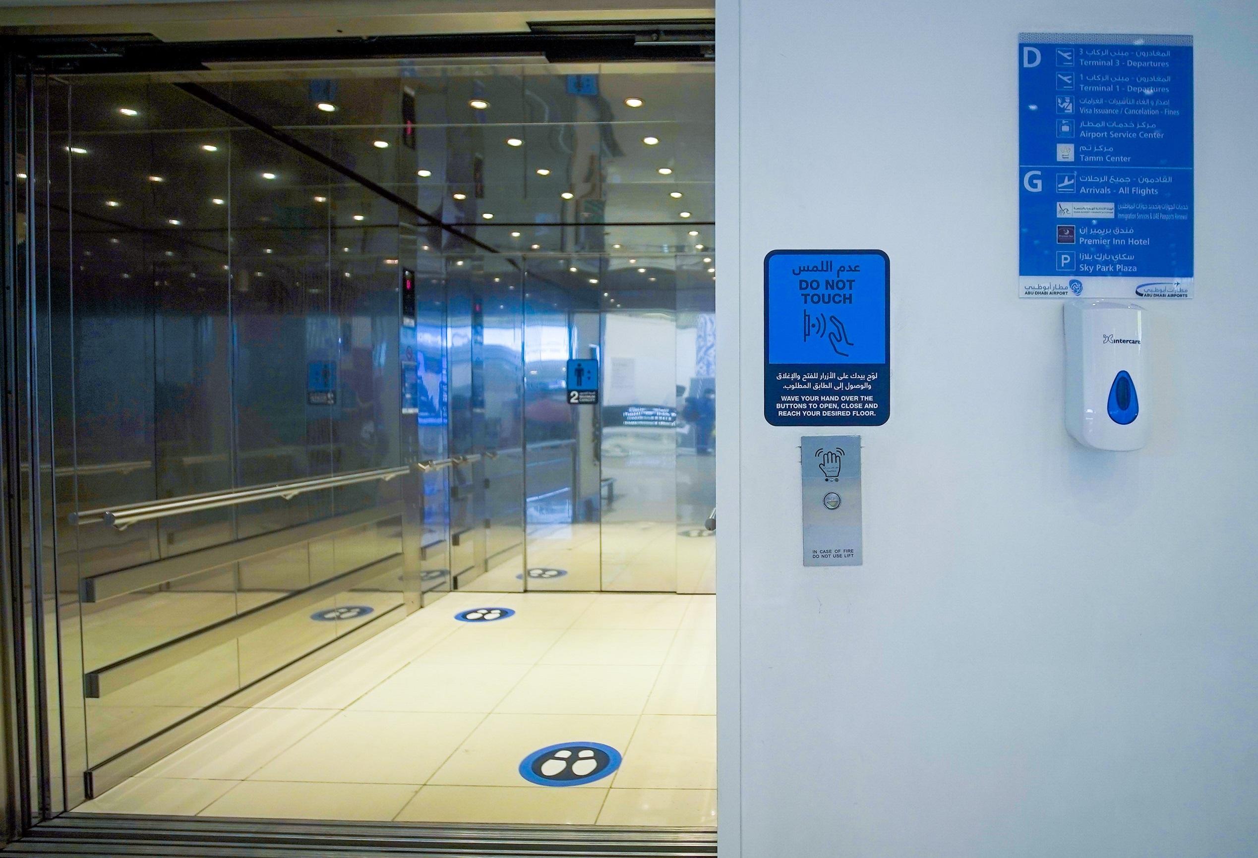 مطارات أبوظبي توفر أنظمة تحكم لاتلامسية بالمصاعد في مطار أبوظبي الدولي لتوفير بيئة خالية من فيروس كورونا