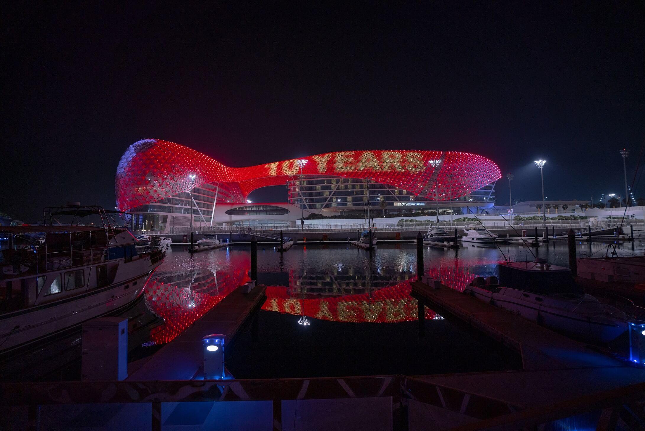 جزيرة ياس تضيء باللون الأحمر احتفاءً بالذكرى العاشرة لافتتاح عالم فيراري أبوظبي