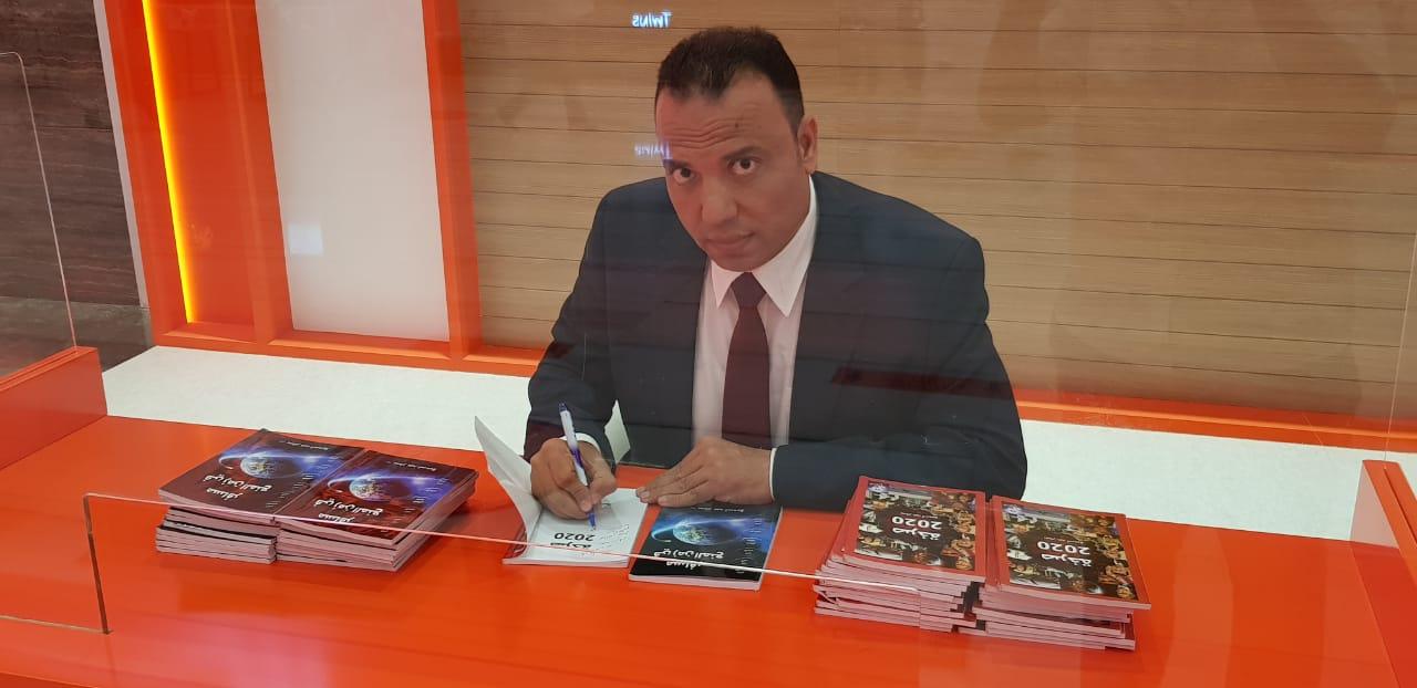 الشارقة للكتاب 2020 يفتتح ركن توقيعات اليوم الأول بروايتين للصحفي بسام عبد السميع