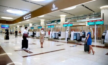 أكشاك إجراءات السفر بدون تلامس لركاب طيران الإمارات في دبي