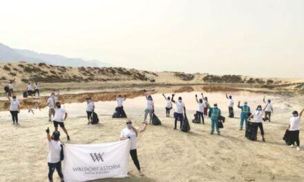 منتجع والدورف أستوريا رأس الخيمة يساعد في جهود تنظيف البحيرة الوردية