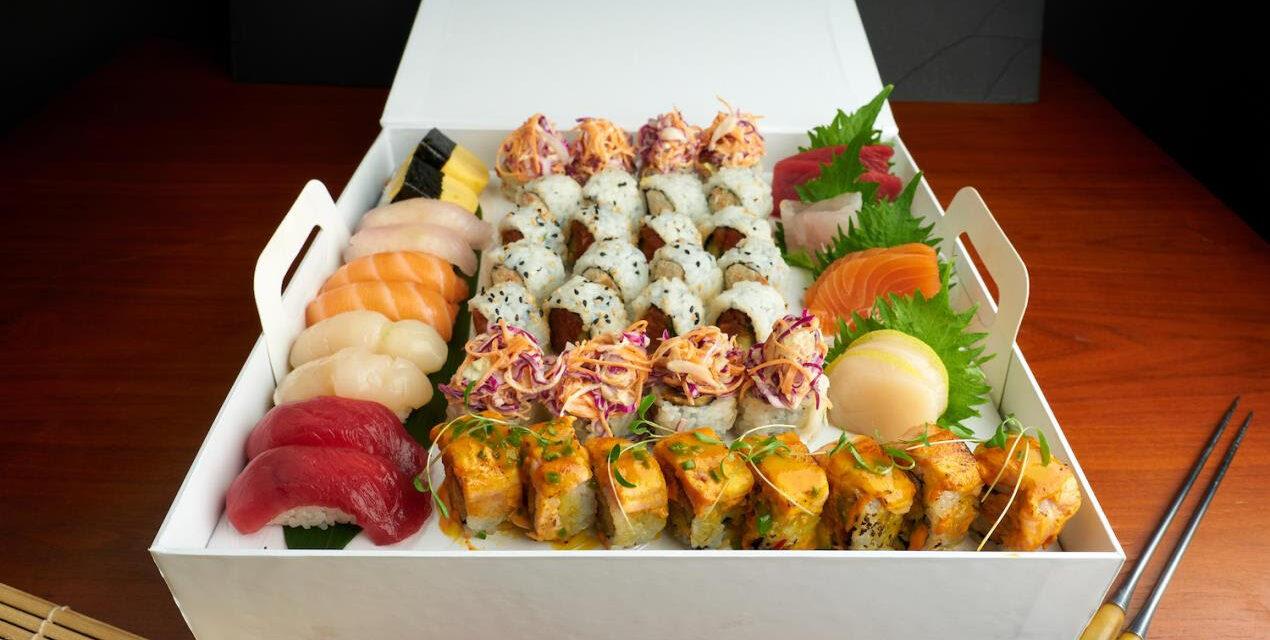 مطعم أكيرا باك بفندق دبليو دبي – النخبة يطلق قائمة فاخرة من أطباق السوشي الرمضانية لتناولها في المنزل