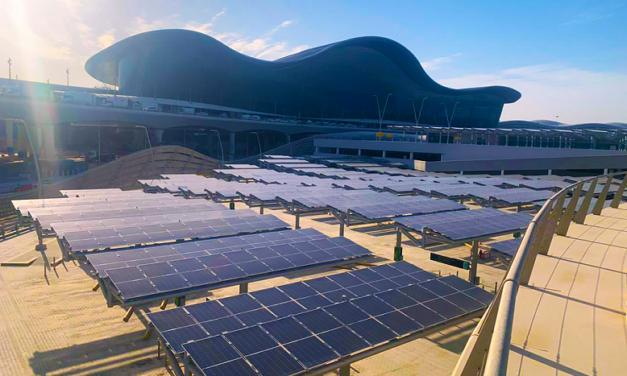 """""""مطارات أبوظبي"""" و""""مصدر"""" تنجزان أكبر مبنى لمواقف السيارات مزوّد بالطاقة الشمسية في أبوظبي"""